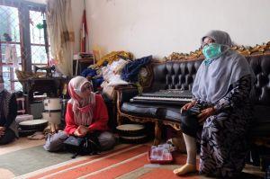 Peduli Penyandang Disabilitas, Ratu Munawaroh Beri Bantuan Kaki Palsu