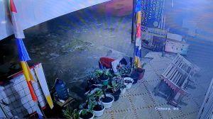 Viral, Bocah Curi Kembang Terekam CCTV