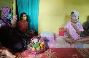 Rosita Endra Jenguk dan Beri Santunan Gadis Penderita Tumor Otak