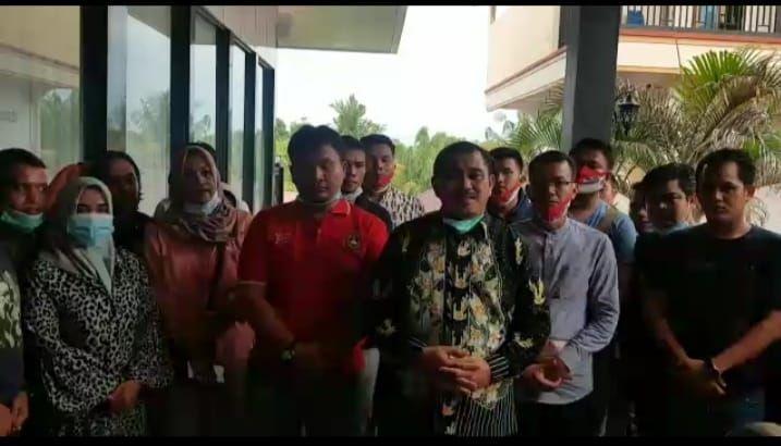 Hamas bersama Tim sukses saat memberikan keterangan resmi usai nyaris menjadi korban anarkis sekelompok warga berlagak preman saat berkunjung ke Kampung Pelangeh, Dusun Tanah Tumbuh, Kecamatan Tanah Tumbuh, Sabtu sore (21-11-2020).