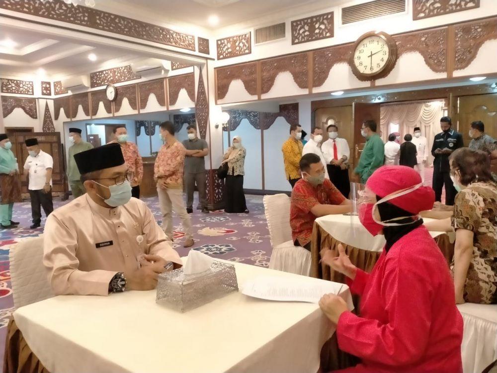 Sekdaprov Jambi, Sudirman, mengikuti geladi resik tahapan vaksinasi korona kemarin. Hari ini menurut rencana akan dimulai vaksinasi di Jambi.
