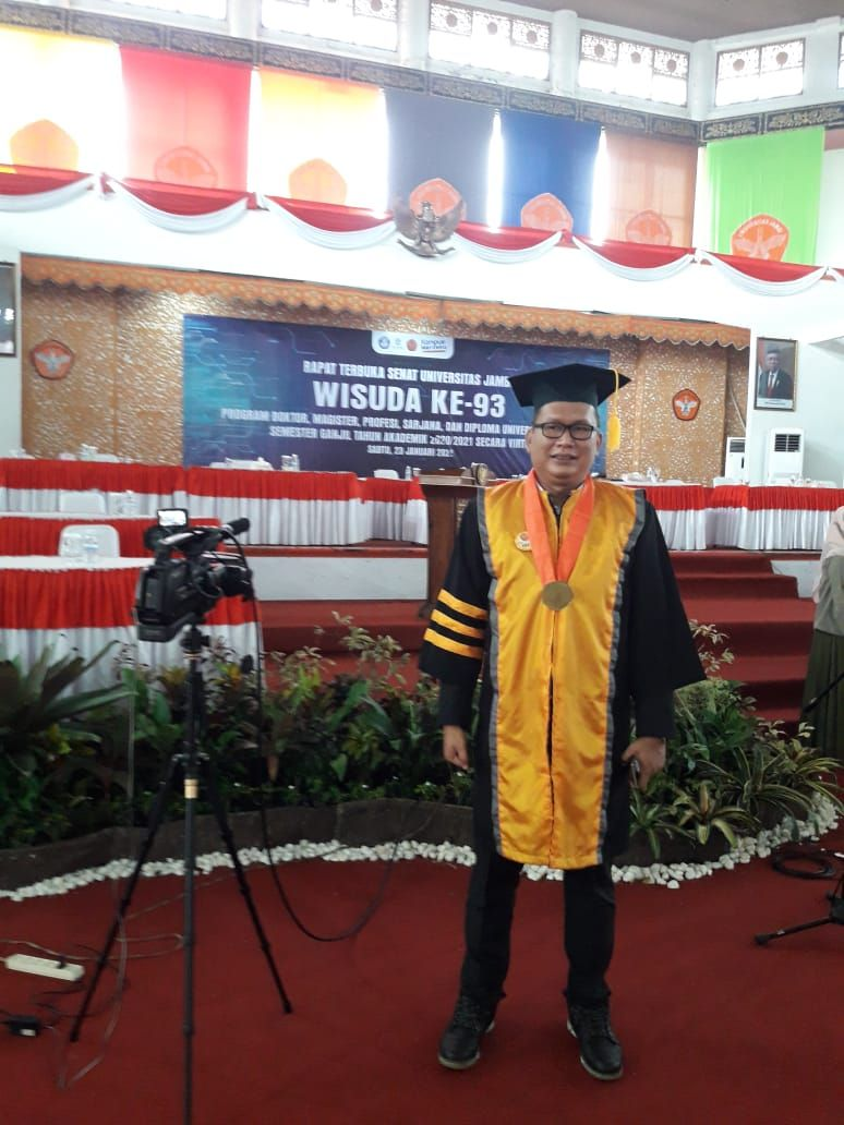 Semangat Mencari Ilmu, Noviardi Ferzi Mantan Presiden Mahasiswa UNJA Di Wisuda Sebagai Doktor