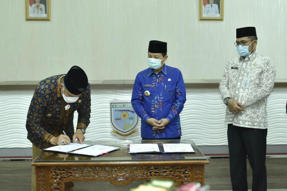 Wali Kota Jambi, Sy Fasha menandatangani berita acara penyerahan beberapa proyek Pemprov Jambi ke Pemkot Jambi.