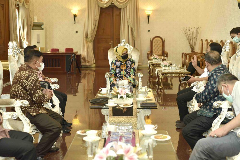 Pj Gubernur Jambi, menerima audiensi KPU Provinsi Jambi akhir pekan lalu untuk memastikan pelantikan bupati terpilih nanti tidak sampai menimbulkan kerumunan.