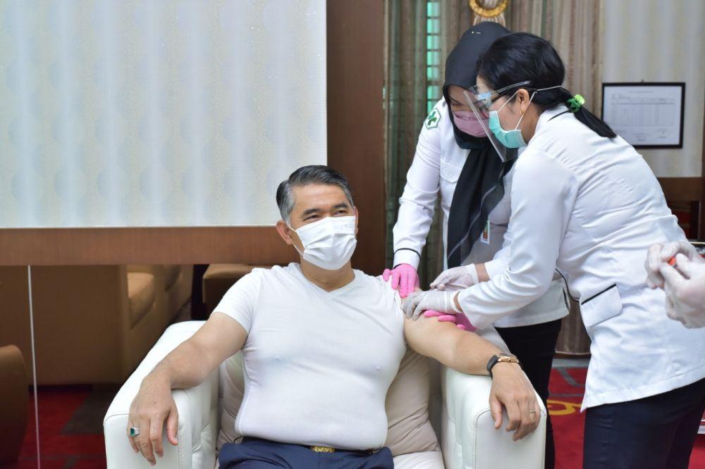 Wali Kota Jambi, Sy Fasha kemarin mendapat vaksinasi covid-19 dan dia tidak merasakan hal aneh setelah mendapat vaksinasi ini.
