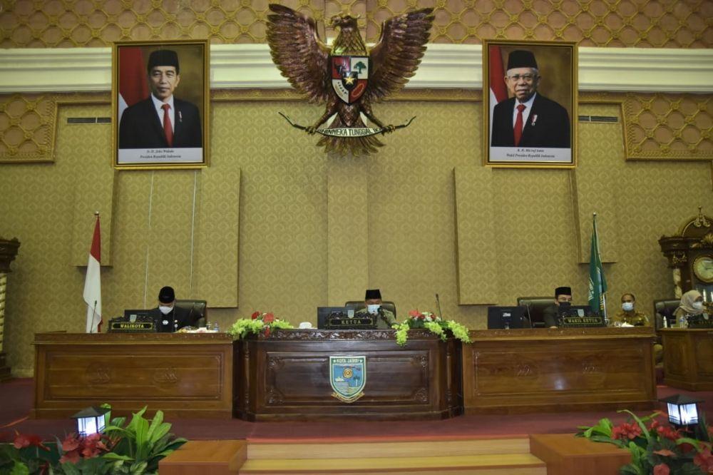 Ketua DPRD Kota Jambi memimpin rapat paripurna.