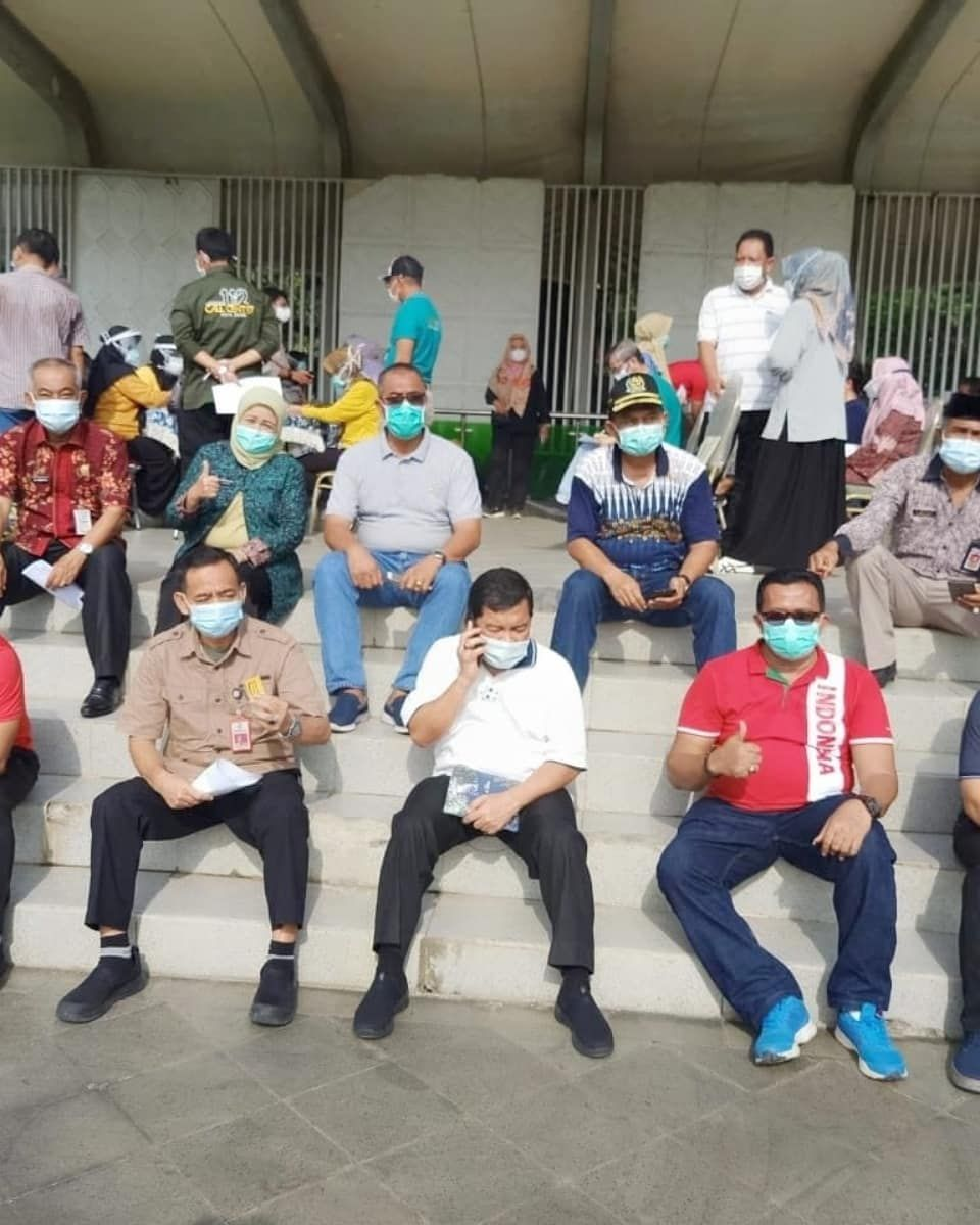 Sebelum di vaksin, sejumlah pejabat di Pemkot Jambi berjemur di bawah terik matahari, Jumat (5/3).