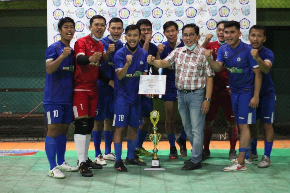 Anggota DPR RI H Bakri, saat menyerahkan tropi serta uang pembinaan kepada Club Hantu Kota selaku Juara I.