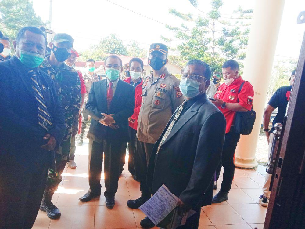 Petugas Gabungan TNI/Polri saat melakukan pengamanan di gereja di Muarabungo.