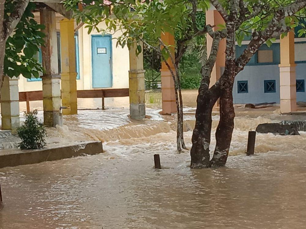 Diguyur Hujan Sejak Malam hingga Pagi, SMAN 15 Tebo Kebanjiran