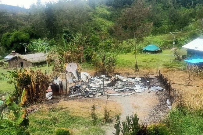 Kelompok Kriminal Bersenjata Bakar Rumah Kepala Suku dan Guru di Beoga