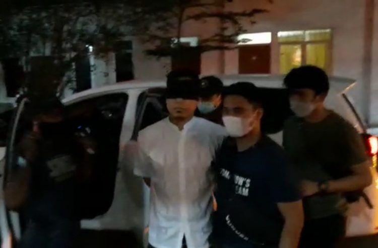 GELAP: Pengacara Rizieq Shihab, Munarman (tengah), tiba di Rutan Narkoba Polda Metro Jaya pada Selasa malam (27/4). (Istimewa)