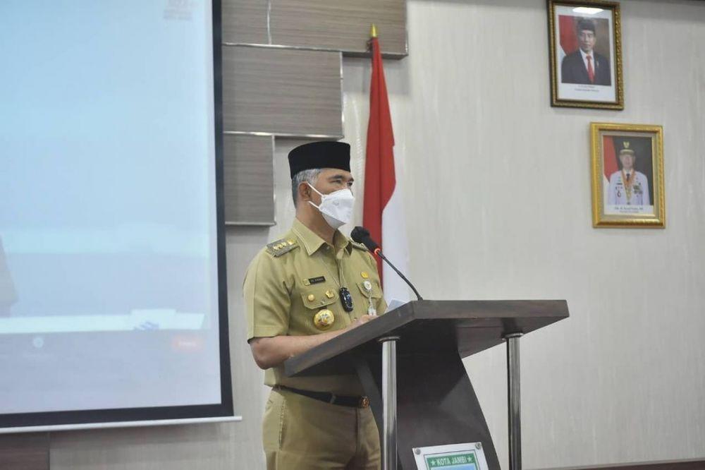 Walikota Jambi Syarif Fasha saat menghadiri peringatan Hari Pendidikan Nasional di ruang pola kantor walikota, Senin (03/5).
