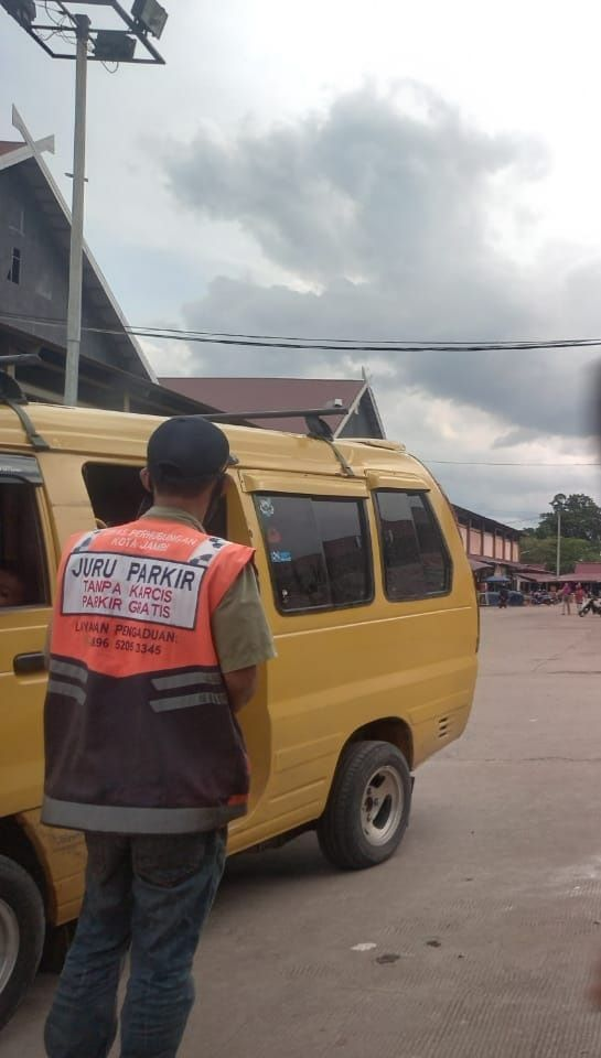 Keberadaa pungutan parkir sampai dua kali di kawasan Pasar Angso Duo menjadi perhatian tersendiri Wali Kota Jambi, Sy Fasha dan akan segera diselesaikan.