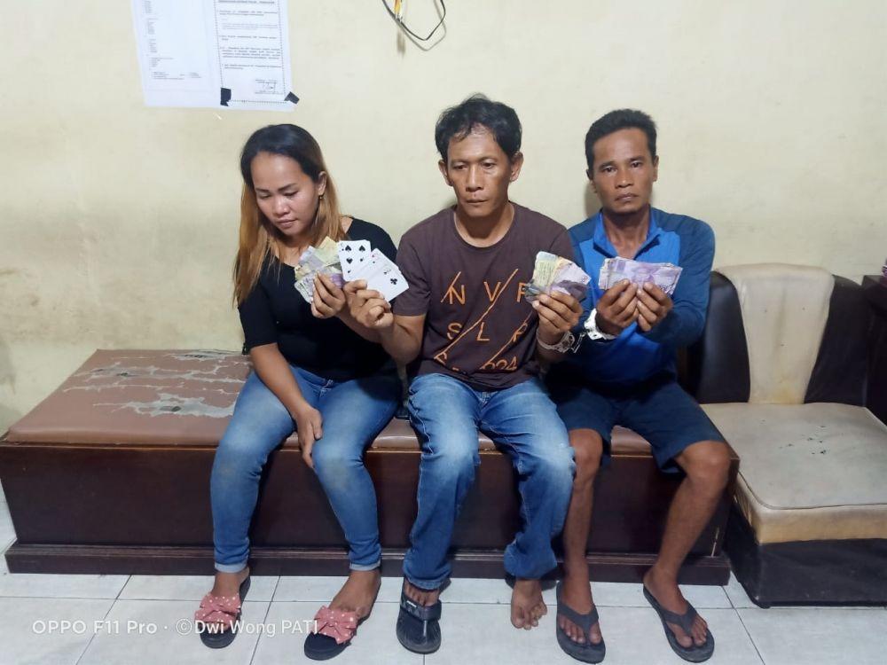 Tiga orang pelaku kartu judi remi yang diamankan Polres Muarabungo, satu diantaranya perempuan.