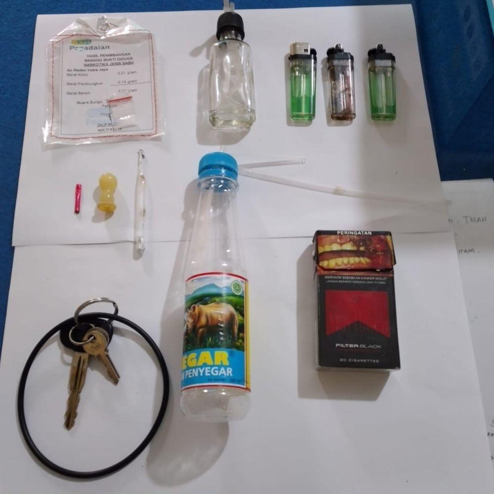 Pelaku dan barang bukti yang diamankan Polisi.