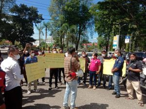 Puluhan Wartawan Merangin Gelar Aksi Solidaritas di Polres, Desak Polisi Usut Pengeroyokan di Bungo