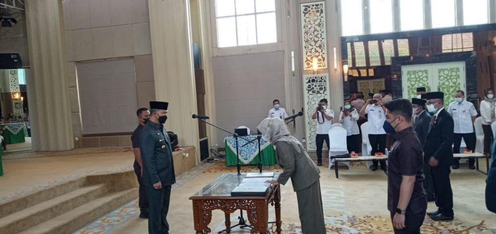 PELANTIKAN: Wali Kota Jambi, Sy Fasha menyaksikan penandatanganan berita acara pelantikan pejabat di lingkup Pemkot Kota Jambi.