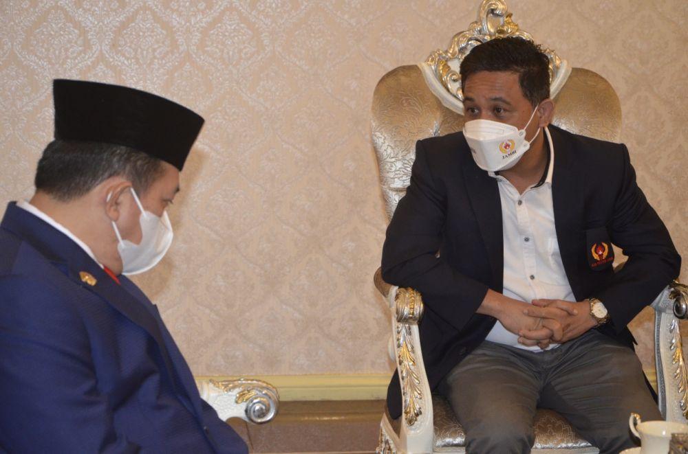 Ketua KONI Jambi, Budi Setiawan bertemu dengan Gubernur Jambi, Al Haris di rumah dinasnya untuk membahas persiapan PON, Porprov dan jadwal pelantikan.