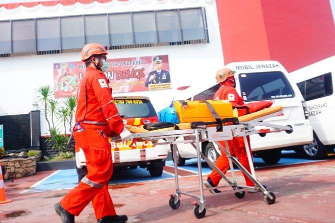 Petugas mengevakuasi kantong jenazah korban kebakaran di Lapas Klas 1 Tangerang, Tangerang, Banten, Rabu (8/9/2021).