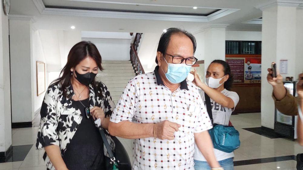 Asiang dan istrinya Lily usai diperiksa KPK di Polda Jambi, Senin (13/9)