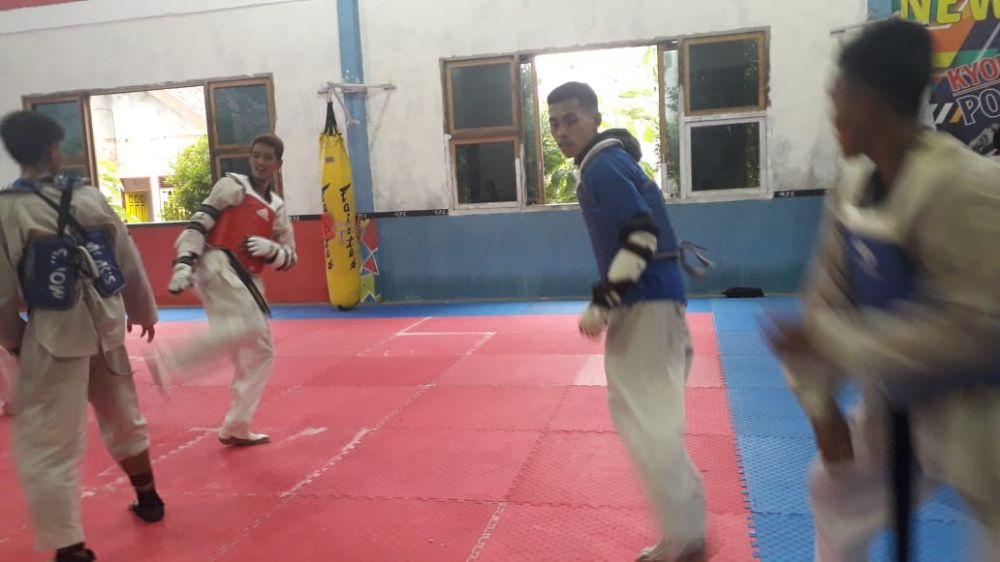 FOKUS: Dua taekwondoin putra Jambi, M Wijaya Hamzah dan Farel tengah menjalani pemusatan latihan menjelang PON di Kuju Taekwondo  di kawasan Mayang Kota Jambi kemarin.