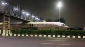 Viral, Pesawat Kejepit di Bawah Jembatan