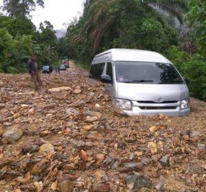 Mobil Travel Gunung Kerinci Tertimbun Longsor di Muara Emat