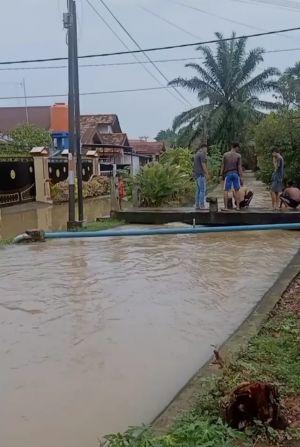 26 RT Sepanjang Simpang Bolong Kebanjiran