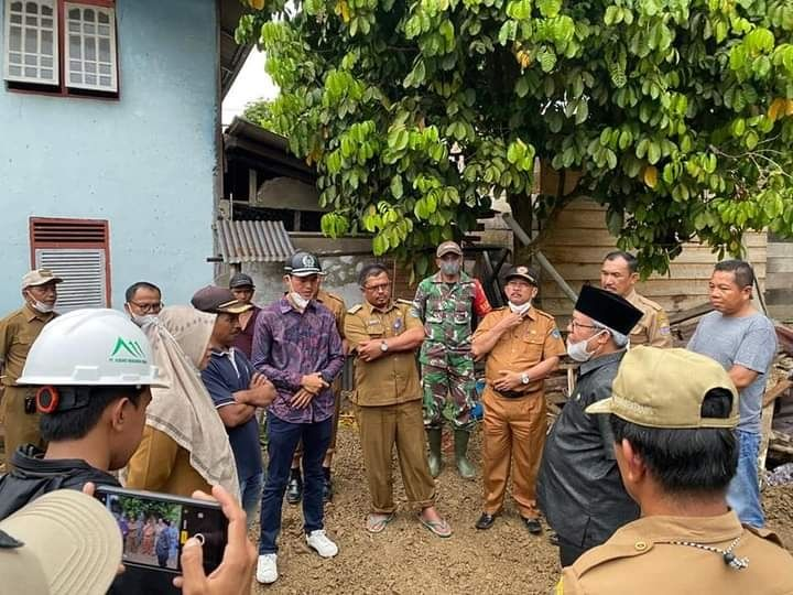 Wabup Ami Taher saat meninjau Lokasi Longsor Muara Emat.